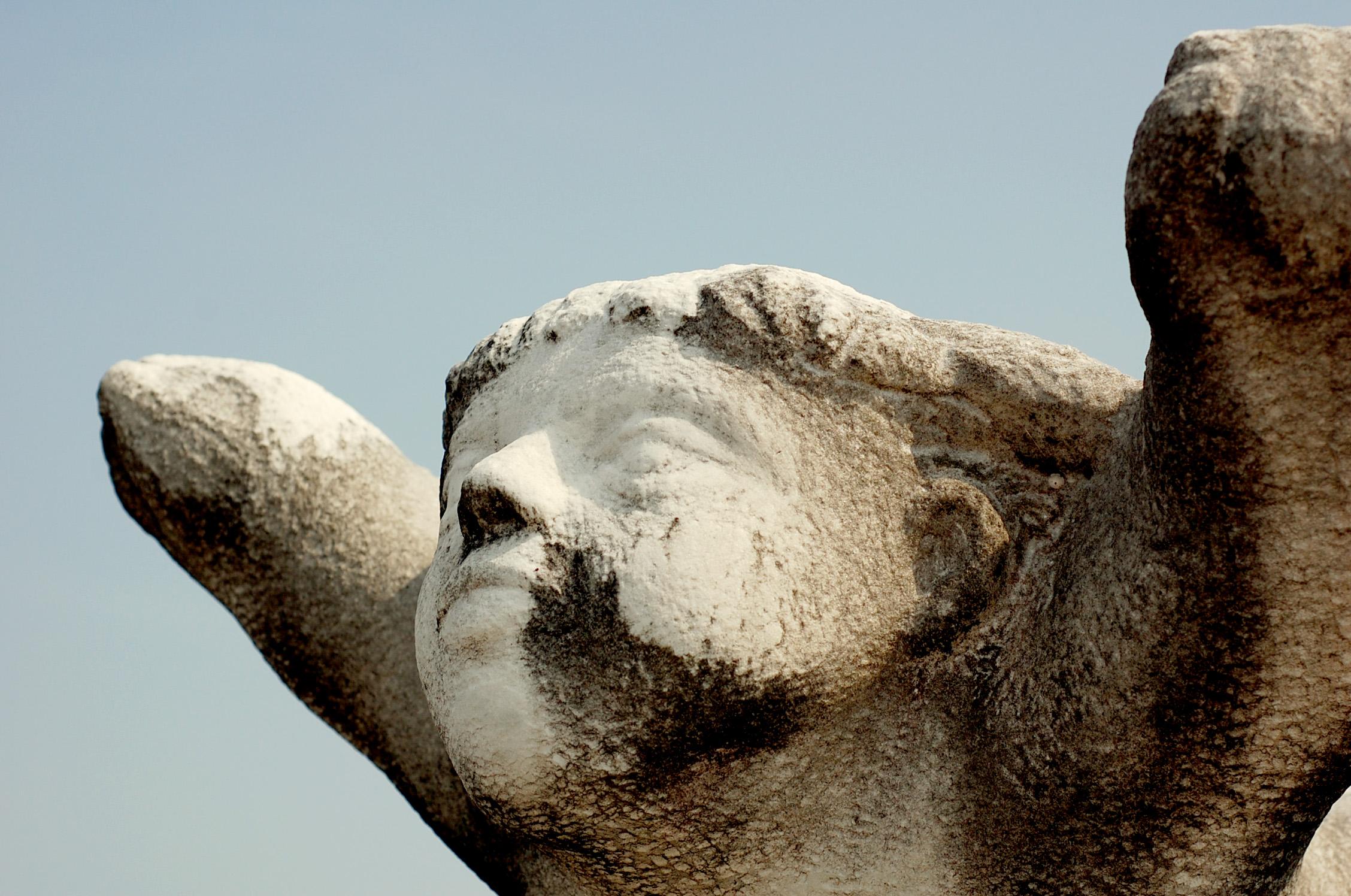手を広げる石像 ブーン デジタル一眼レフで撮影 単焦点レンズを使用
