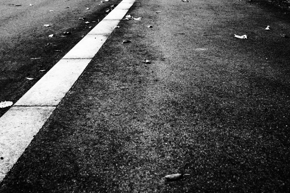 ミラーレス一眼でおさんぽ写真 アスファルトの道路