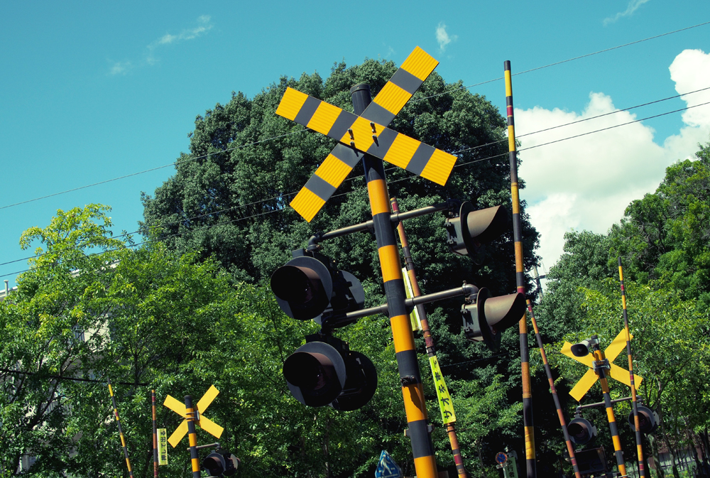 スナップ写真 踏切警報機と空と森