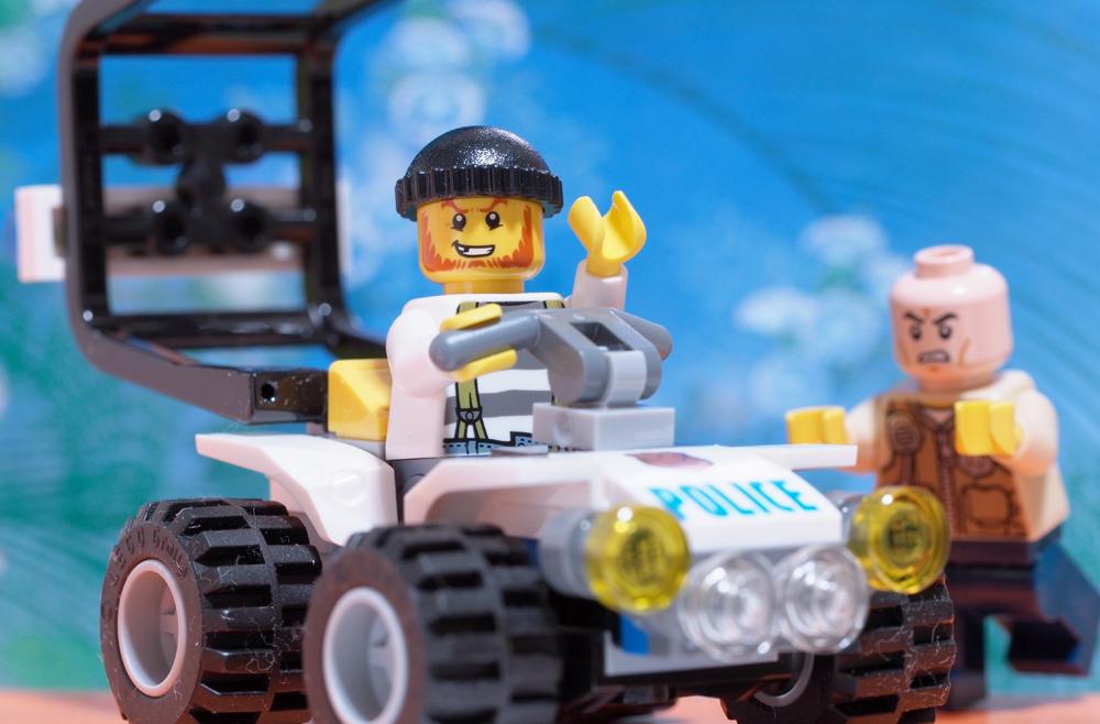 LEGO ドロボウとポリスカー ポリスカーを奪われる