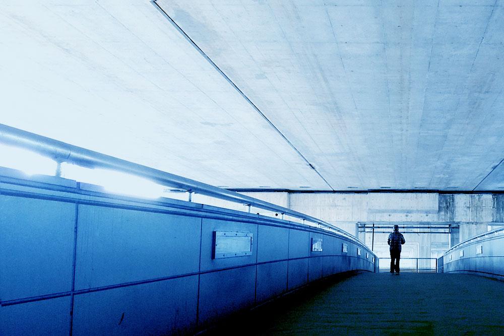 高架下の通路をスマホで撮影 スマホ写真