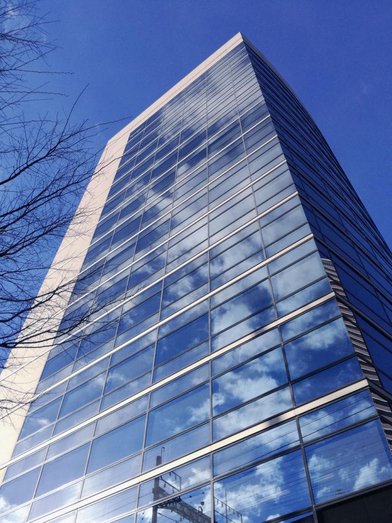 青空が映るビルをスマホで撮影 スマホ写真