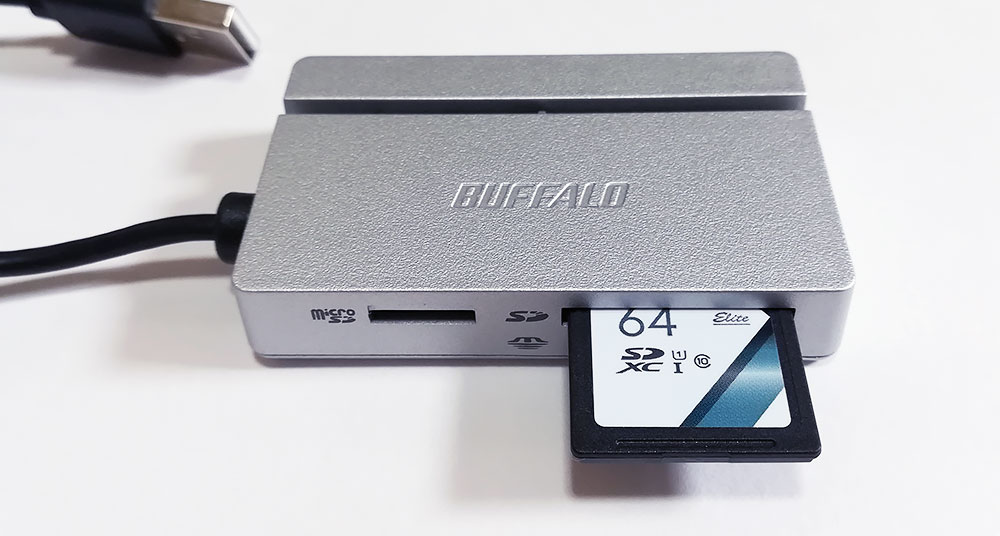 バッファロー「BSCR100U2」シリーズ カードを挿しこんだ例